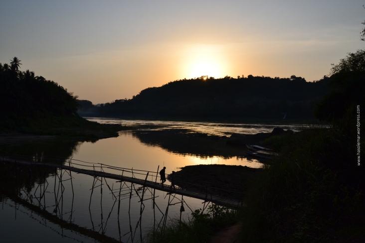 Pôr-do-sol no Rio Mekong