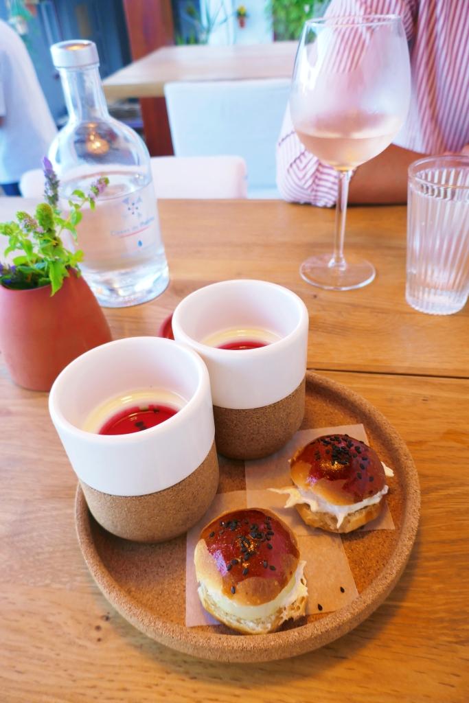 Gaspacho de melancia e beterraba com mini hambúrgueres de corvina