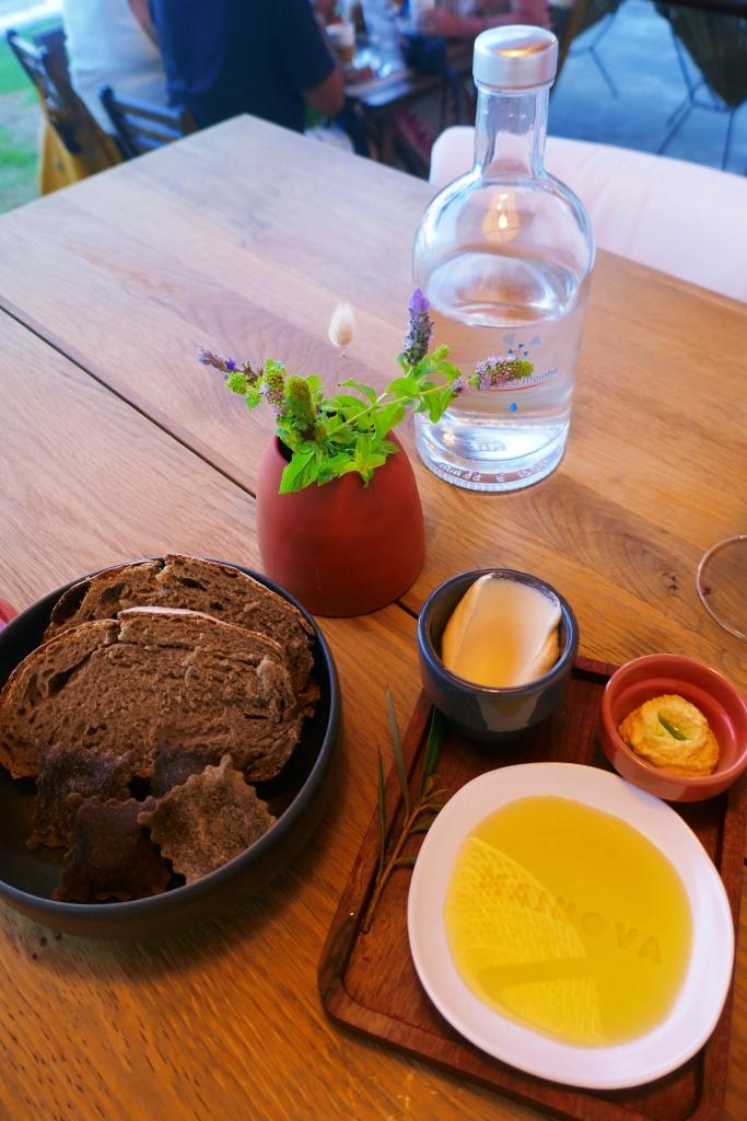 Pão e tostinhas de alfarroba, com azeite, pasta de aipo e de tremoço